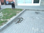 Opasna rupa na parkiralištu u Ulici Imre Nagya